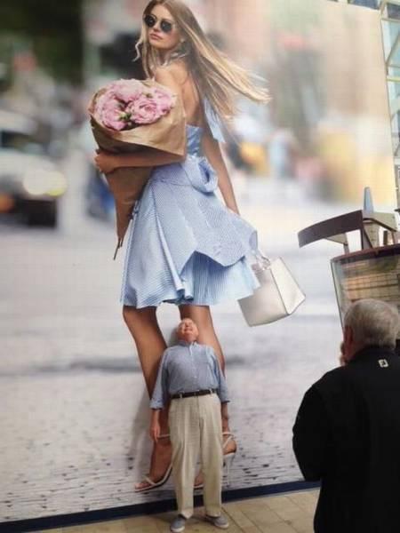 Abuelete viendo bragas en cartel publicitario