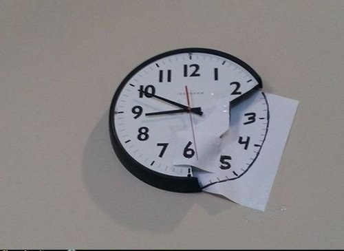 Reloj repintado en pared