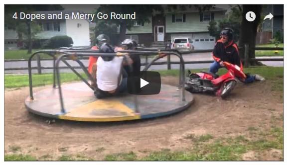 Colegas moto en parque niños