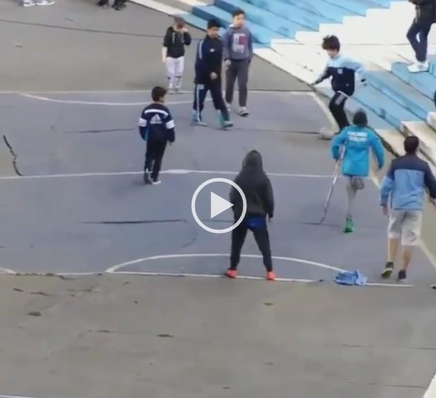 Niño sin una pierna marca gol